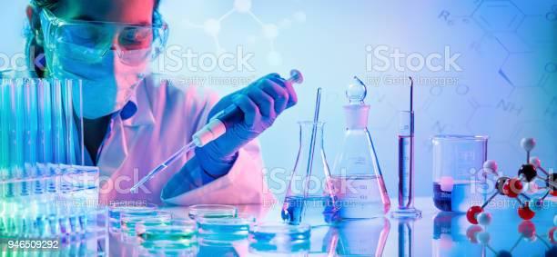 Chemie Labo Vrouw Met Pipetten En Reageerbuisjes Stockfoto en meer beelden van Alleen volwassenen