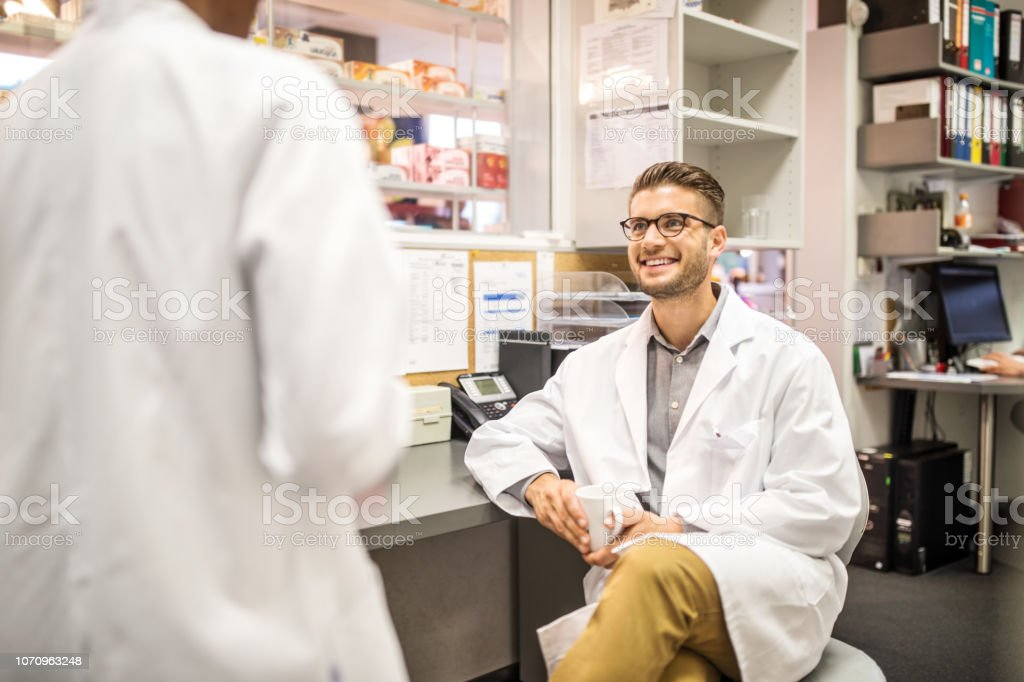 Chemiker haben eine kausale sprechen während der Kaffeepause – Foto
