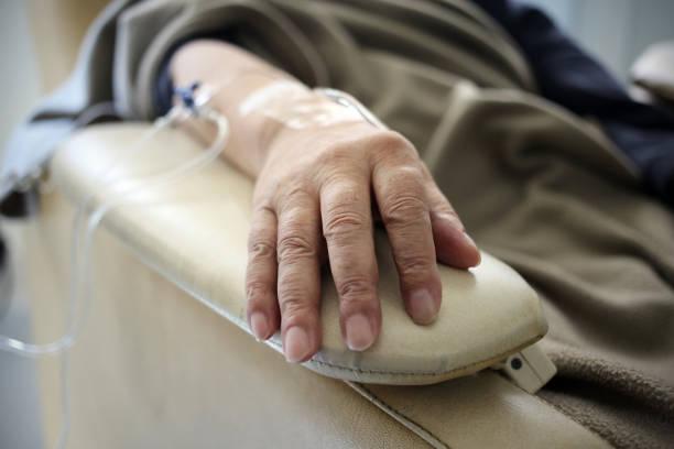 chemo-hand - chemotherapie stock-fotos und bilder