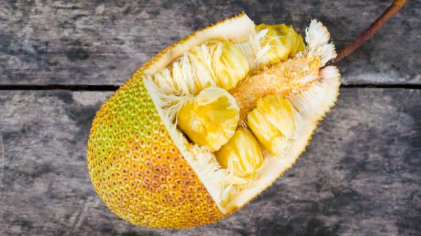 chempedak, a typ der jackfruit auf alte hölzerne - jackfrucht stock-fotos und bilder