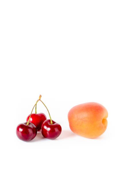 kirschen und pfirsich - essensrezepte stock-fotos und bilder