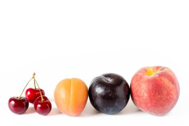 kirschen und pfirsich mit pflaume - essensrezepte stock-fotos und bilder