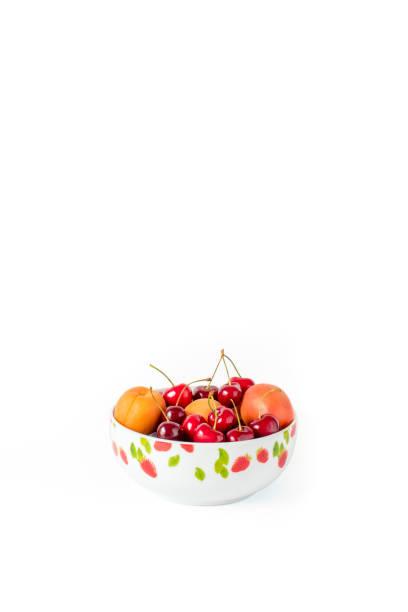 kirschen und pfirsiche in einer schüssel - essensrezepte stock-fotos und bilder