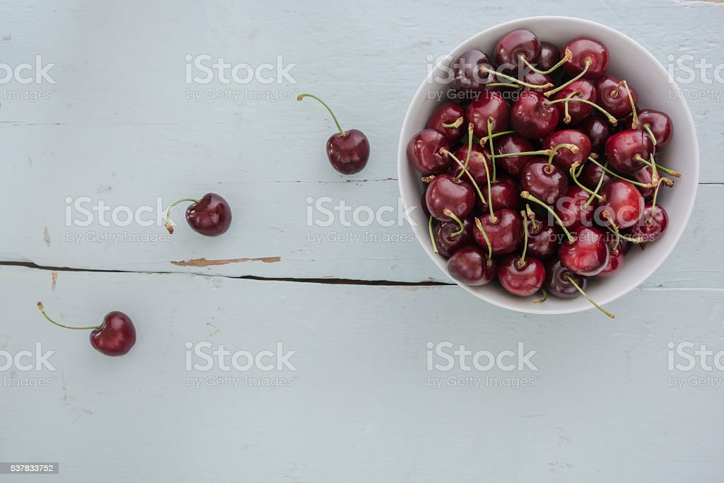 Cherries in a white bowl, – zdjęcie