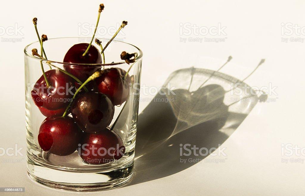 Cerezas en vaso stock photo