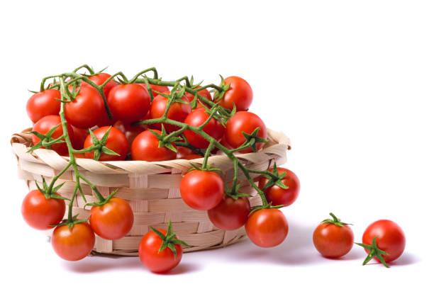 körsbär tomater på bastek isolerad på vit bakgrund - körsbärstomat bildbanksfoton och bilder