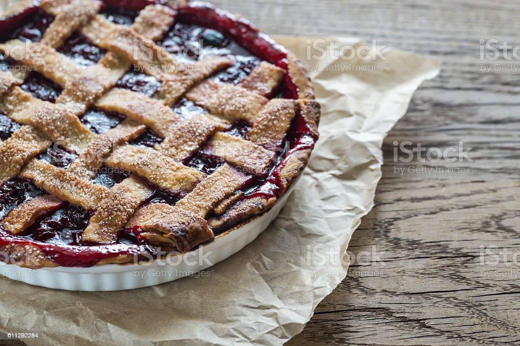 Cherry pie on the wooden background - foto de stock