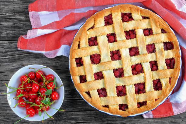 pastel de cereza con top bonito enrejado - foto de stock