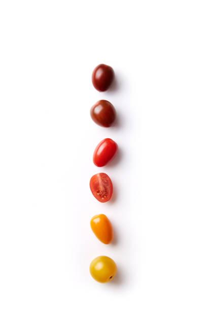 körsbärstomater färgstarka variant som uppradade på en vit bakgrund sedd från ovan. ovanifrån - körsbärstomat bildbanksfoton och bilder