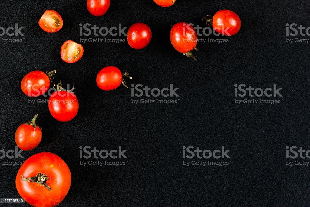 Cherry-Tomaten auf einem schwarzen Hintergrund Lizenzfreies stock-foto