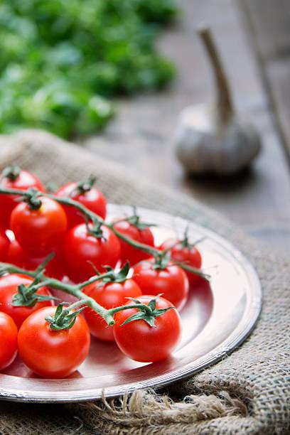 cherry-tomaten, knoblauch und salat - tablett holz stock-fotos und bilder
