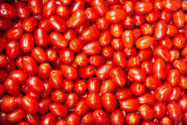 cherry tomatos on food market - körsbärstomat bildbanksfoton och bilder