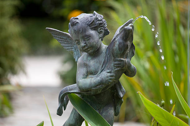 Cherub Brunnen, Bronze-Denkmal mit Fisch – Foto