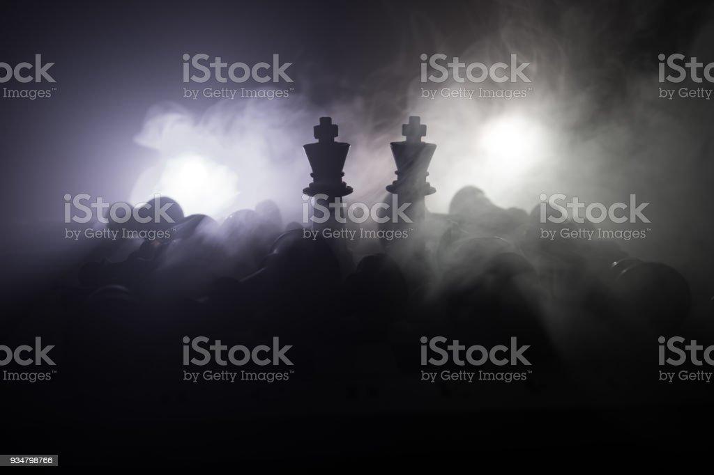 사업 아이디어와 경쟁 및 전략 아이디어 concep 체스 보드 게임 개념. 체스는 연기와 안개와 어두운 배경에 인물. 비즈니스 리더십과 신뢰 개념입니다. - 로열티 프리 개념 스톡 사진