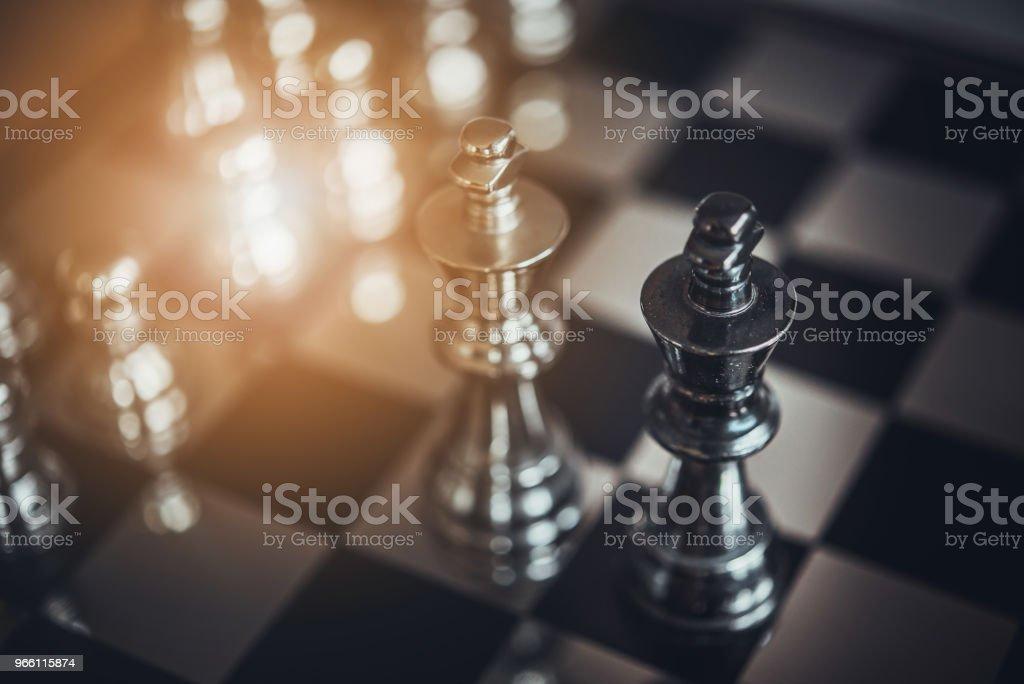 juego de mesa ajedrez de ideas y la competencia y estrategia, concepto de éxito empresarial - Foto de stock de Ajedrez libre de derechos