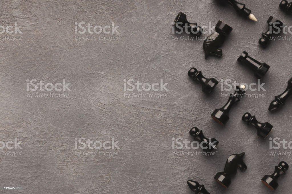 棋數位在灰色桌背景 - 免版稅一組物體圖庫照片