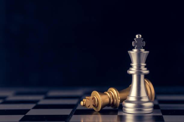 Schach auf einem Schachbrett auf schwarzem Hintergrund, Business Leader-Konzept. Vintage-Ton. – Foto
