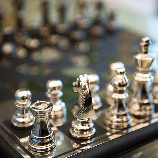 schach - skulpturprojekte stock-fotos und bilder