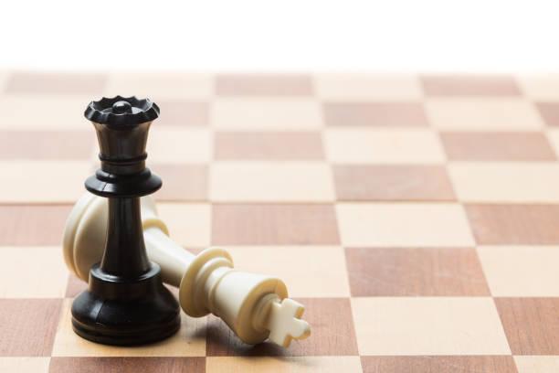 Pièces d'échecs fixées sur un échiquier - Photo