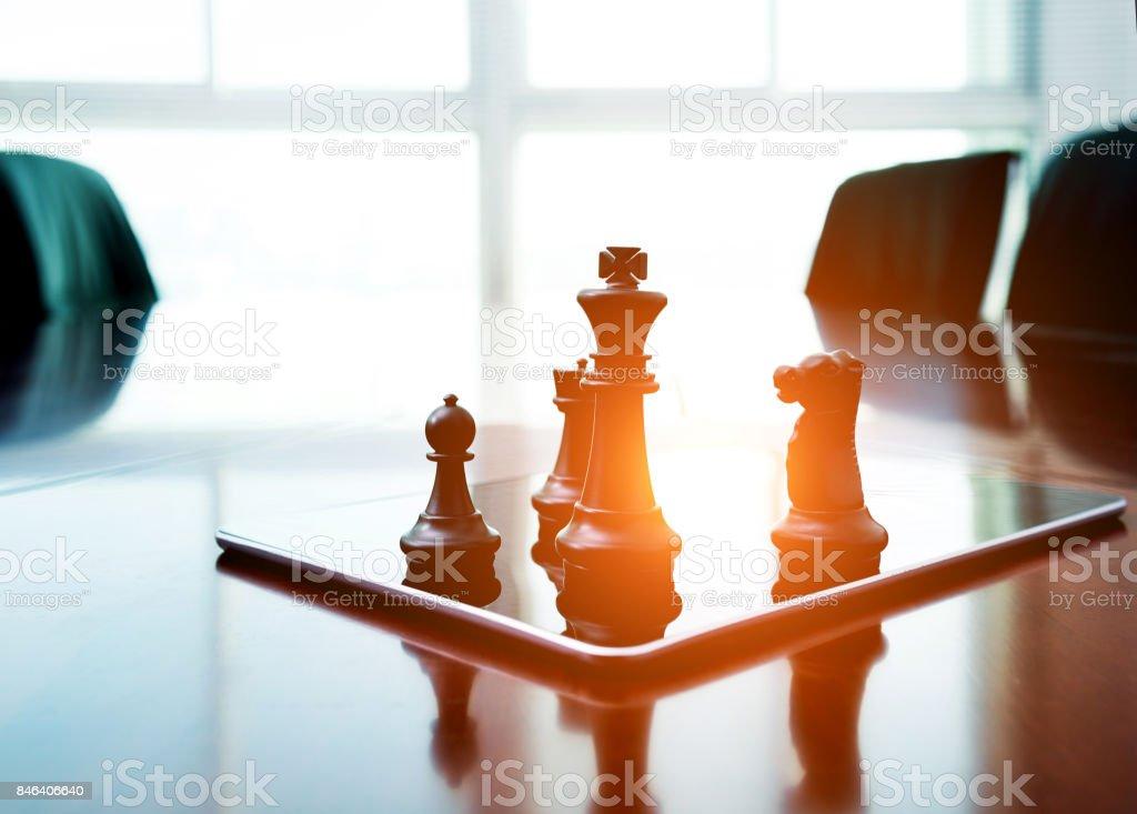 Schachfiguren stehend auf der digital-Tablette – Foto