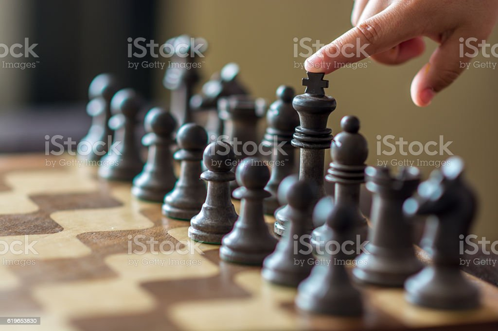 Chessboard pointing the king - foto de stock