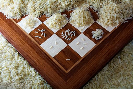 Chessboard With Growing Heaps Of Rice Grains View From Above Foto de stock y más banco de imágenes de Actividades bancarias
