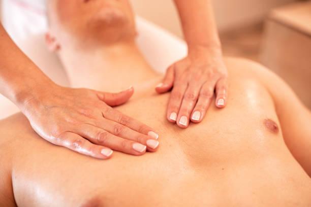massage de coffre en gros plan vers le haut - cosmetique store photos et images de collection