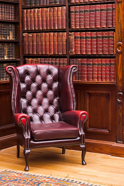 chesterfield-sessel in der bibliothek - teppich englisch stock-fotos und bilder