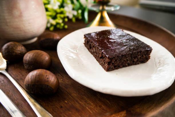 kastanie und brownies, vegane speisen, selbstgemacht, vegetarisches essen - schokolade gebratene kuchen stock-fotos und bilder
