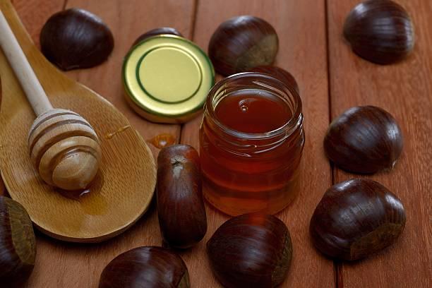 chestnut honig in ein glas jar - kastanienhonig stock-fotos und bilder