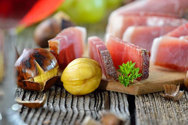 maronen und speck - heisse maroni stock-fotos und bilder