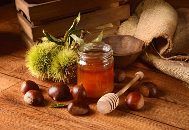 kastanien-honig im glas - kastanienhonig stock-fotos und bilder