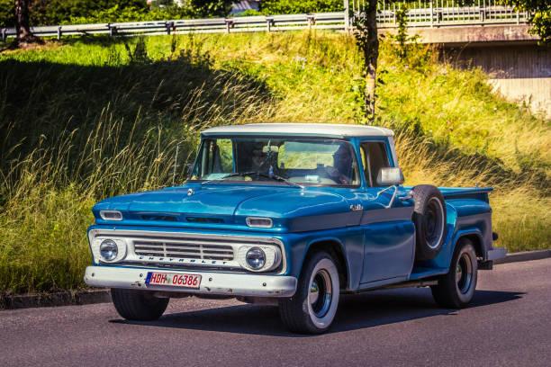chevrolet pick-up-truck - alte wagen stock-fotos und bilder