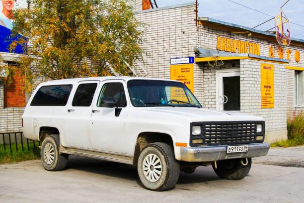 chevrolet suburban - chevy van stock-fotos und bilder