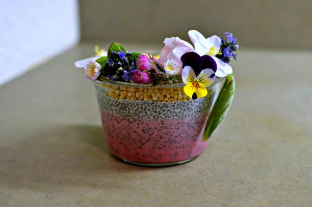 pot au lait clerbois orné de fleurs - pudding au lait roses photos et images de collection