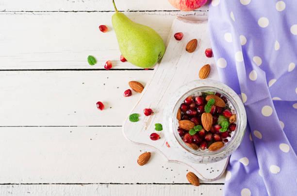 chia pudding mit frischen beeren im glas. konzept der veganen ernährung, gesunde lebensweise, diäten, fitness-menü. ansicht von oben. flach zu legen - chia pudding kokosmilch stock-fotos und bilder