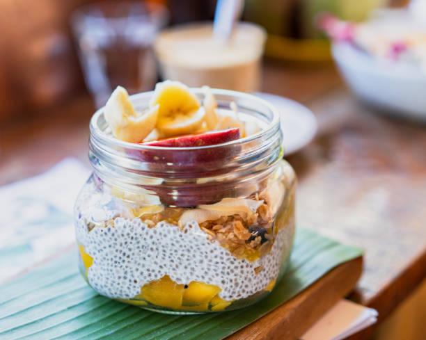 chia pudding mit früchten und granola - chia pudding kokosmilch stock-fotos und bilder