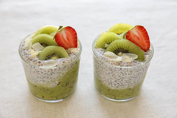 chia pudding with kiwi and strawberry - chia pudding kokosmilch stock-fotos und bilder