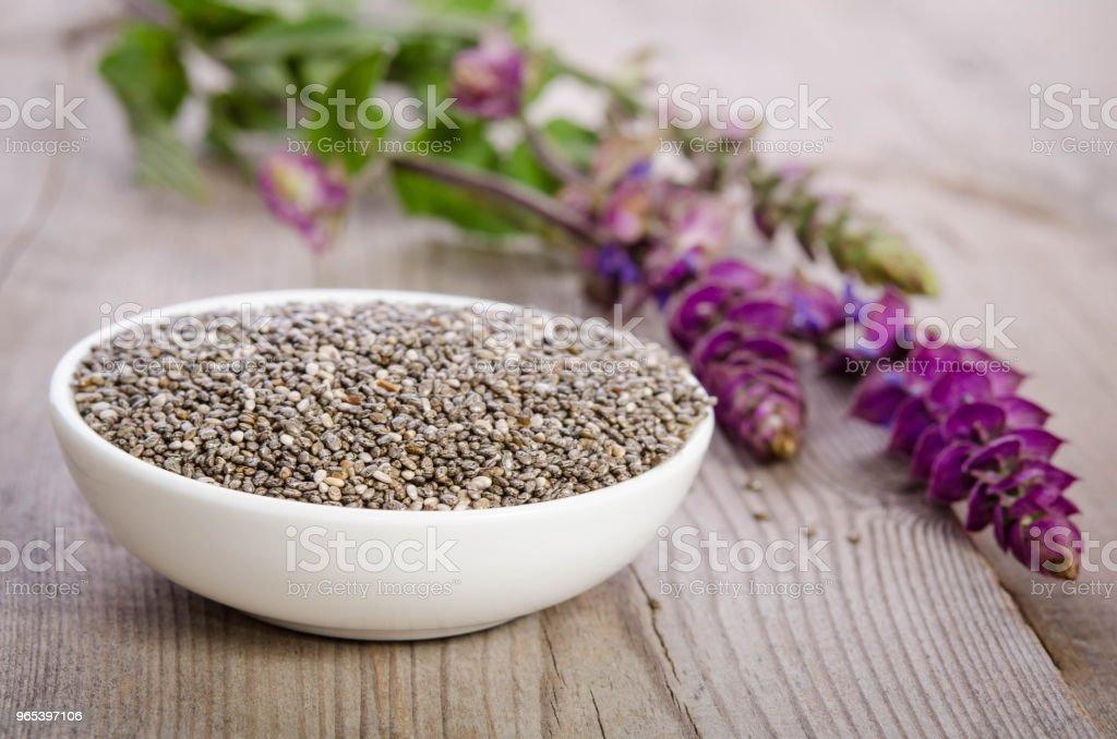 Chia sementes saudável superalimento em tigela com flor sobre a mesa de madeira - Foto de stock de Alimentação Saudável royalty-free
