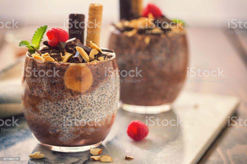 Chia-Samen-Pudding mit Schokolade und Bananen – Foto