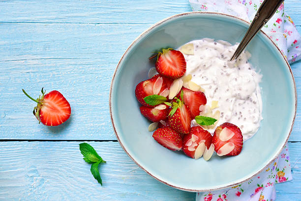 chia-samen pudding mit erdbeeren im eine schüssel geben. - chia samen pudding stock-fotos und bilder