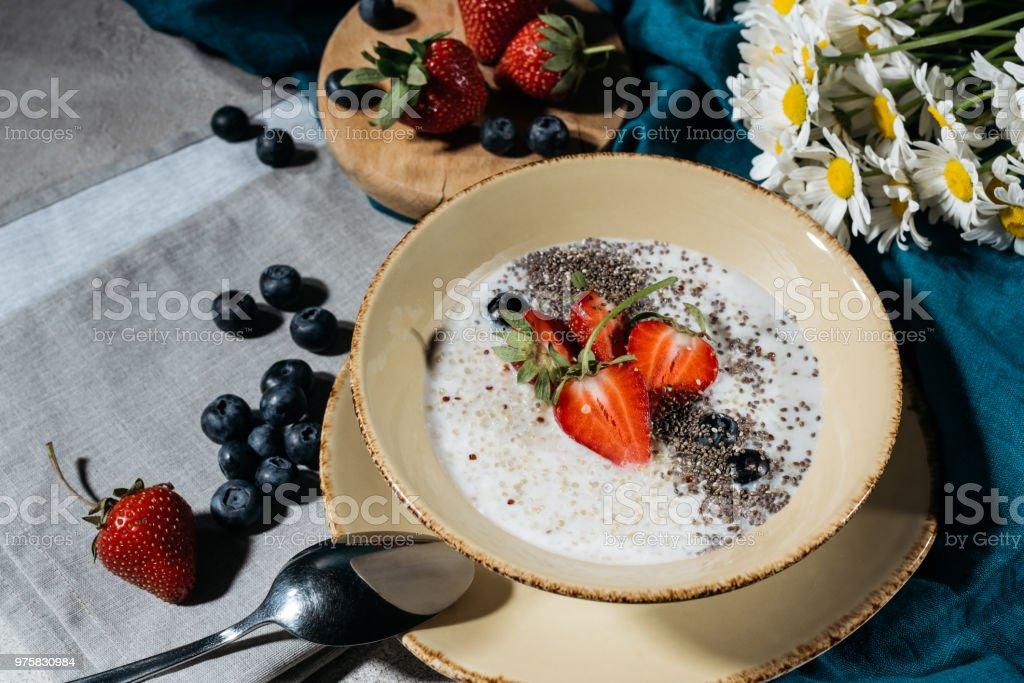 Chia Samen Schüssel zum Frühstück mit frischen Beeren - Lizenzfrei Amerikanische Heidelbeere Stock-Foto