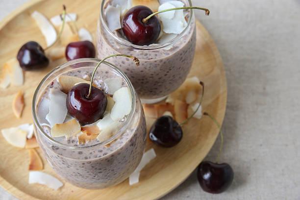 chia samen pudding mit kirsche, geringe tiefenschärfe - chia pudding kokosmilch stock-fotos und bilder