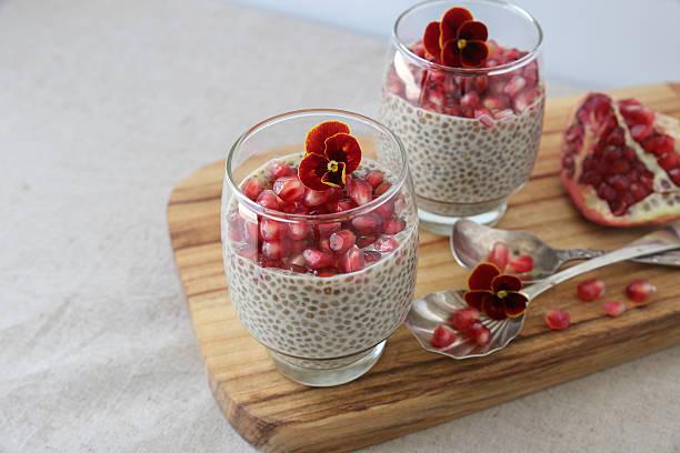 chia samen pudding mit granatapfel, geringe tiefenschärfe - chia pudding kokosmilch stock-fotos und bilder