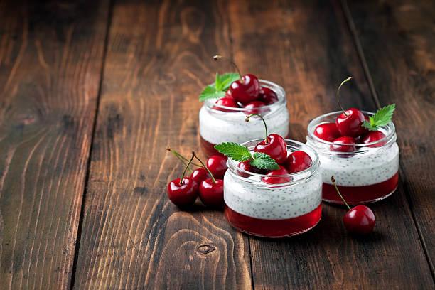 chia samen und joghurt-pudding - chia pudding kokosmilch stock-fotos und bilder