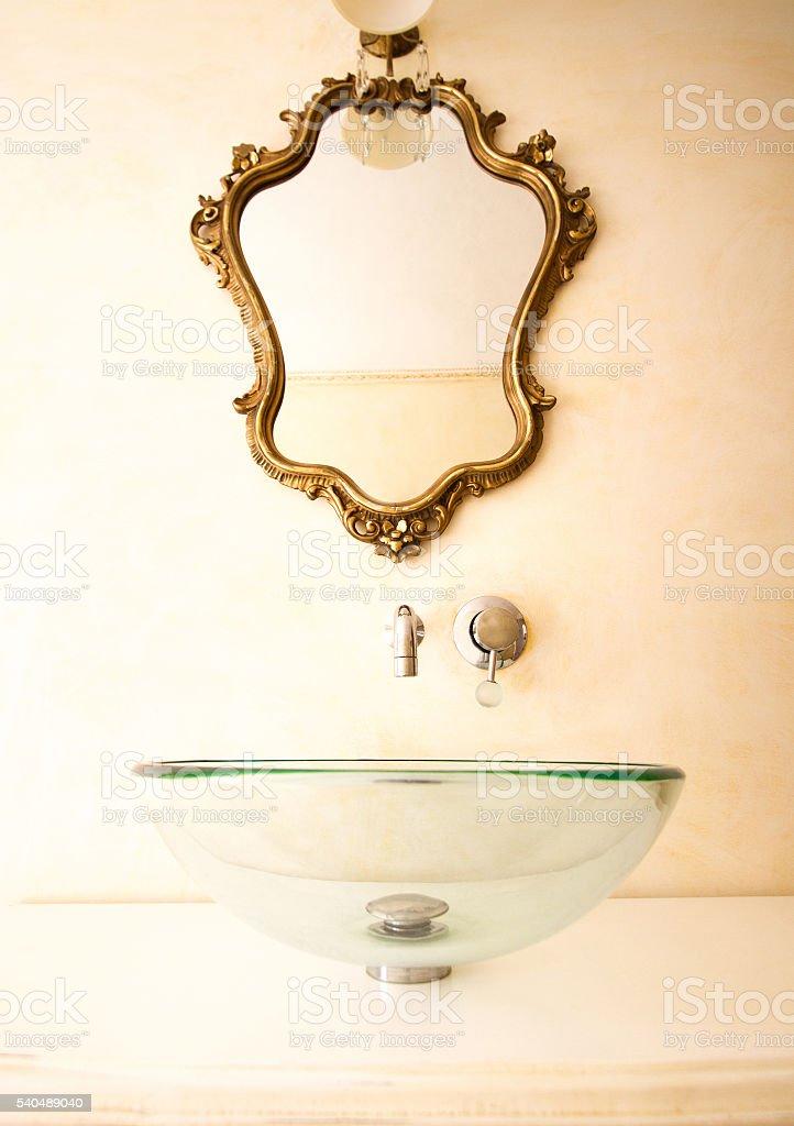 Elegante banheiro : Pia de vidro moderna, espelho antigo barroco dourado - foto de acervo