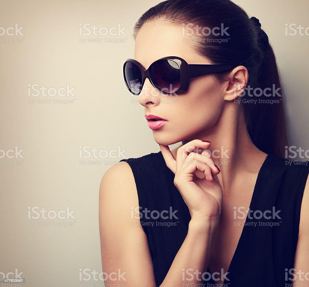 Élégante belle jeune femme à lunettes de soleil mode modèle profil photo  libre de droits d66145c35196