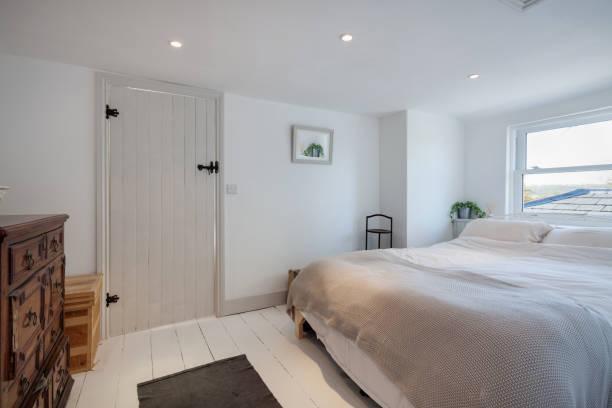 schickes ferienhaus schlafzimmer - cottage schlafzimmer stock-fotos und bilder