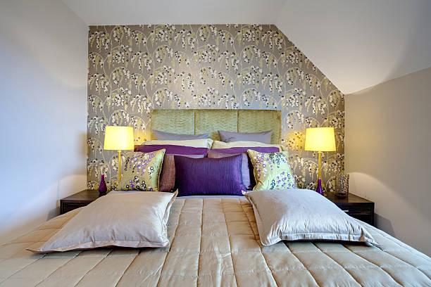 schicke, moderne schlafzimmer - lila, grün, schlafzimmer stock-fotos und bilder