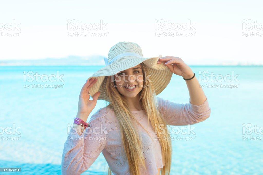 Chica disfrutando de sus vacaciones stock photo